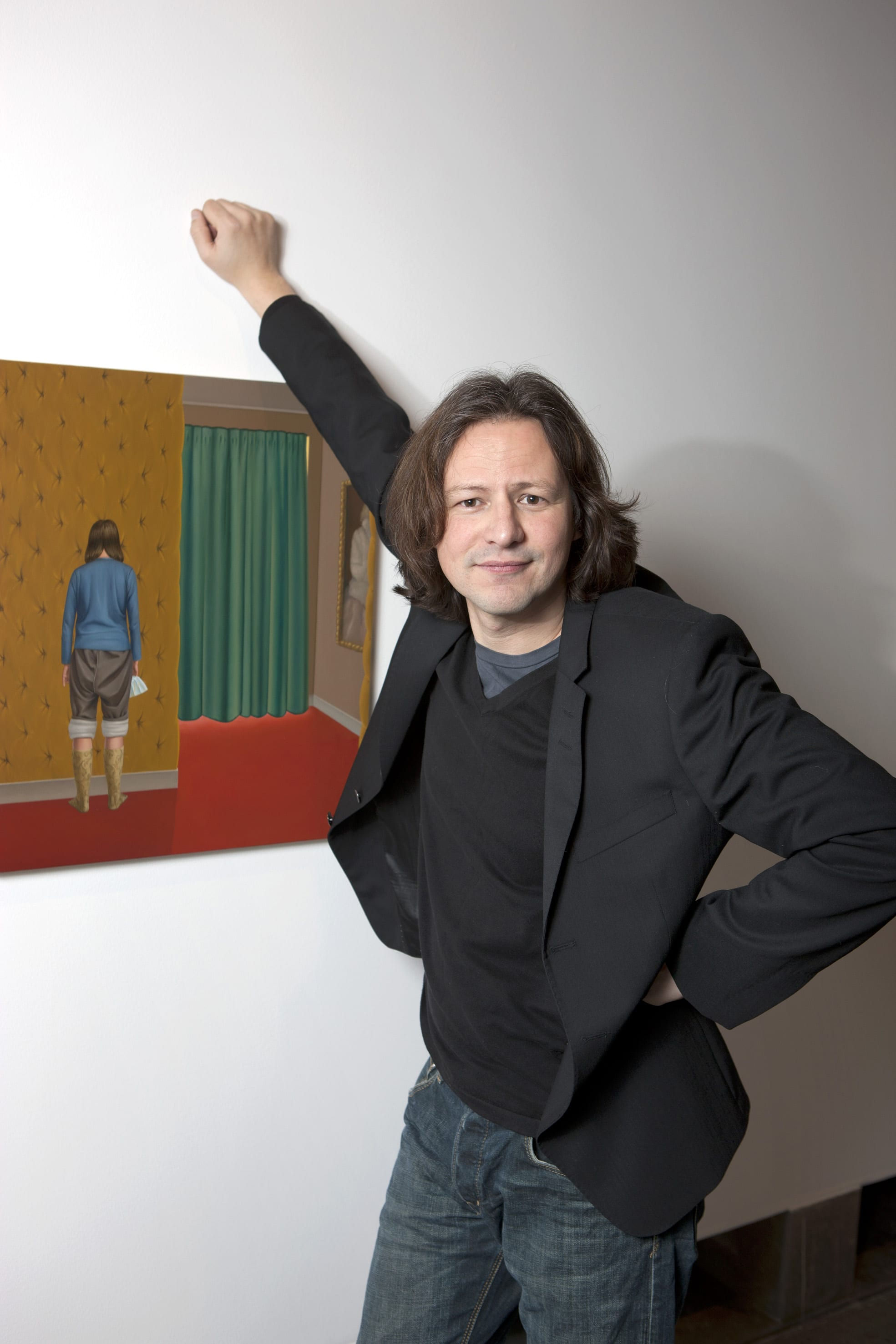Patrik Andine framför ett av sina verk